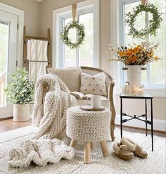 Living Room Nook, Cozy Living Rooms, Salons Cosy, Glass End Tables, Antique Farmhouse, Farmhouse Trim, Urban Farmhouse, Farmhouse Style, French Country Decorating