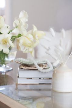 living room glass coffee table decorating ideas Coffee Table Styling, Glass Top Coffee Table, Decorating Coffee Tables, Vignette Design, Coffee And Books, White Beads, Glass Vase, Decorating Ideas, Candles