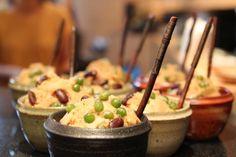 """영양 찐빵, YeongYang JjinBbang """"nutritious steamed bread"""", is a Korean treat made from slightly sweetened rice flour batter and studded with mild vegetables and dried fruits such as raisins. Korean Sweets, Korean Food, Korean Wave, Rice Flour, Spicy Recipes, Sweet And Salty, Kimchi, Dumplings, Raisin"""