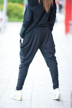 Купить или заказать Черные брюки из хлопка в интернет-магазине на Ярмарке Мастеров. Прекрасные, модные брюки черного цвета. Брюки из хлопка с эластаном. Стильные и легкие брюки, приятная ткань для тела. Оригинальные и комфортные брюки для весны, лета и осени. Исключительно удобные, практичные. В них вы будете чувствовать себя комфортно весь день!! Доставка по всему миру. Обычная доставка - бесплатная! Брюки я могу повторить на заказ по параметрам клиентов Цвета; Черный Белый…