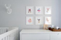 Quartinho de bebê clean e funcional - cinza branco e rosa - menina - cômoda e quadrinhos de aquarela de animais ( Foto: Rejane Wolff )