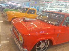 Modelos restaurados da caminhonete C10, lançada em 1960 pela General Motors e Chevrolet, estão em exposição no Norte Shopping. Os carros antigos pertencem a integrantes do C10 Trucks Santa Catarina, grupo que reúne amantes da picape. A exposição, montada em frente à Havan, ficará aberta ao público até o dia 10 de março. Considerada uma ...