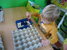 fijn motorische act. sneeuwballen met lepel overbrengen naar eierkarton