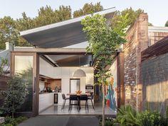 Reforma: casa ganha uma cozinha integrada ao terraço Australian Architecture, Australian Homes, Internal Courtyard, Architecture Awards, Modern Architecture, Most Beautiful Gardens, Terraced House, The Design Files, Inspired Homes