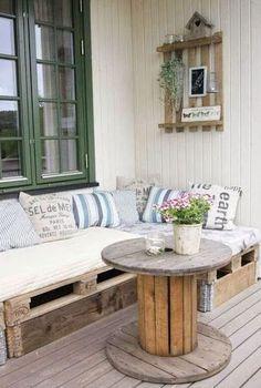 Balkon Ideen mit DIY Sofa aus Europaletten. Matratzen und Kissen machen dieses Palettensofa auf dem Balkon oder der Terrasse einzigartig.