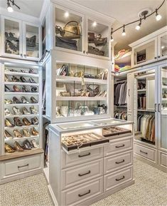 Walk In Closet Ideas - Looking for some fresh ideas to redesign your closet? Visit our gallery of leading deluxe walk in closet design ideas and photos. Walk In Closet Design, Bedroom Closet Design, Master Bedroom Closet, Closet Designs, Bathroom Closet, Master Bedrooms, Walking Closet, Organiser Son Dressing, Dressing Room Closet
