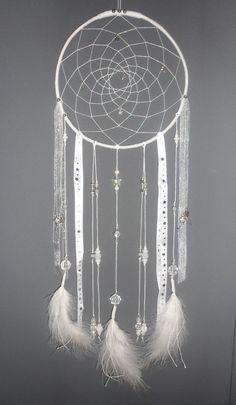 Attrape-rêves blanc, dreamcatcher, plumes, perles et ficelle