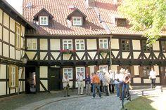 Die Häuser des Oberpfarrkirchhofes 10 und 11 und die Demutsgasse.