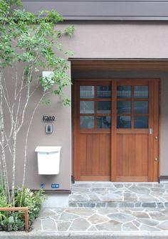 防火地域にある住まいの玄関。 玄関ドアは延焼ラインを避け木製としています。 少し奥に入口を設けることで、傘のたたみ場をつくりガレージからも濡れずに済む。 なによりこの奥行きが住まいを上質なものとしている。 また、来客を迎え街に潤いを与える植栽は何より大切と考える。 自然の変化を見ているだけで楽しい。 シンボルツリーは...