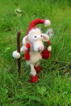 Günni als Weihnachtsmann, gefilztes Schaf von Frau Brunsels Filz auf DaWanda.com