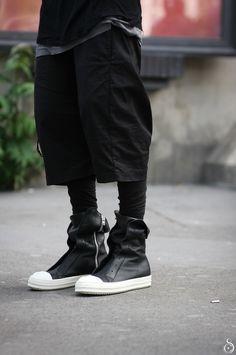 "mrtuft: "" Paris Fashion Week Photo by Stefano Carloni "" Street Goth, Men Street, Street Wear, Dark Fashion, Urban Fashion, Mens Fashion, Boy Fashion, Ropa Hip Hop, Cyberpunk Fashion"