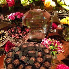 Mesa de casamento sóbria contrastando com as flores coloridas. Chocolat d´Egmont