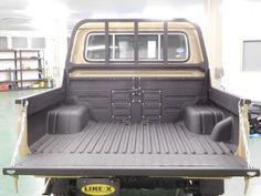 ランクル70 スプレーオンベッドライナーLINE-X塗装!今回は鳥居まで施工、そしてリアゲートにも縞板装備で荷物の出し入れも楽になりますよ♪ 荷台の傷防止・保護カバーとして最適、クルマの長寿命化にも効果的です!!