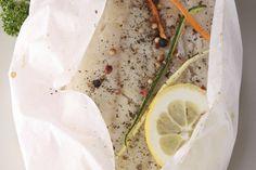 Deze vispakketjes uit de oven zijn overheerlijk. Must try, en zo simpel! Op elk vel bakpapier leg je de witvis eerst, met daarop alle andere ingrediënten Vouw het bakpapier tot een pakketje, bind met keukentouw vast en leg de pakketjes op een bakplaat. Bak de pakketjes op 200 graden 20-25 minuten in de oven, afhankelijk …