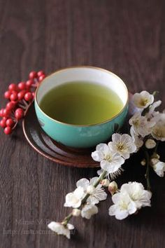 Green tea can be extremely beneficial to dental health, through reducing plaque, lowering the acidity of saliva, and controlling bacteria levels. It's believed that if you drink green tea you're less likely to suffer from gum disease and tooth decay. Chai, Green Tea Drinks, Pure Green Tea, Green Tea For Weight Loss, Green Tea Benefits, Types Of Tea, Chinese Tea, Tea Art, Best Tea