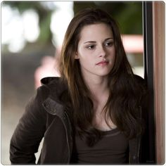 Photo: Bella Swan (Kristen Stewart) - Twilight Saga New Twilight Saga New Moon, Twilight Saga Series, Twilight Movie, Twilight Poster, Vampire Twilight, Breaking Dawn, Bella Swan Aesthetic, Twighlight Saga, New Moon Movie
