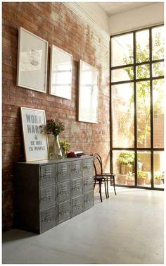 Lindo mueble y hermosa vista hacia el jardín Inspiring work space in a converted warehouse