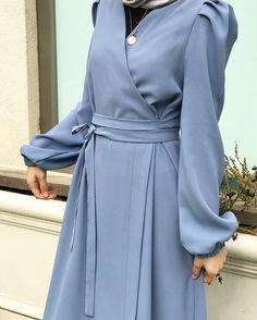 Kruvaze yaka elbise details. .🦋 Ayrıntılar:kruvaze yaka,prenses pileli kol,belden kuşaklı Beden:34-46 beden Renk:siyah,lacivert,pudra,bebe mavi,haki yeşil,bordo Ödeme havale-eft Fiyat:145₺ Sipariş ve bilgi için DM📩 Fotoğrafı kaydırmayı unutmayın🤗 Modern Hijab Fashion, Abaya Fashion, Muslim Fashion, Fashion Dresses, Hijab Gown, Hijab Outfit, Dress Outfits, Vetement Fashion, Islamic Clothing