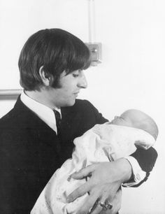 I don't usually see The Beatles with their sons or daughters, and it actually surprises me When I see them like that, being a father. Foto Beatles, Beatles Love, Beatles Songs, Fabulous Four, The Fab Four, Richard Starkey, Just Good Friends, Music Genius, Lonely Heart