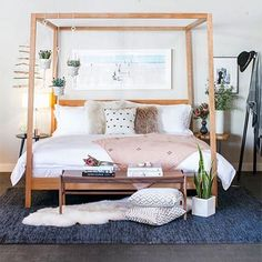 Inspiração para um quarto aconchegante e com clima tranquilo. A cama é da Room & Board | Via: 100layercake.com #homedecor #homedesign #bedroomdesign #bedroomdecor #beddesign #wooddesign #cherrywood #roomdecor #roomandboard #furniture #woodfurniture #woodfurnituredesign #camas #moveldemadeira #madeira #quartodecorados
