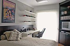 """Como a planta de 18 m² é mais comprida do que larga, evitei colocar móveis na parede oposta à cama, facilitando a circulação"""", explica a arquiteta Beatriz Dutra. No canto, uma estante alta de madeira pintada de preto apoiando a TV e guardando alguns objetos. Um painel escuro composto de placas de madeira enfileiradas protege a cabeceira e se prolonga até a janela. escrivaninha tingida de branco, aproveitando bem a iluminação natural."""