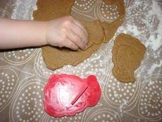 Joulunalusajassa riittää kivaa tekemistä ja odotettavaa lapsille ja lapsenmielisille ja yksi hauskuus on tietenkin joulupipareiden leipominen. Piparitaikinan tuoksun mukana tulvahtavat omatkin joulumuistot pintaan. Yhdessä isosiskon kanssa leivottiin ja koristeltiin piparit joka vuosi. Samalla saatiin keittiö aikamoiseen kaaokseen. Vuosi sitten leivoin ensimmäistä kertaa pipareita omien tyttärien kanssa ja tänä vuonna 3-vuotiaat jaksoivat jo keskittyä koristeluunkin innolla. […]
