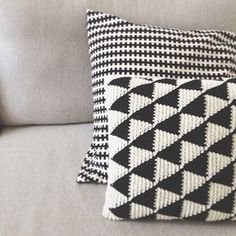 Black and white crochet triangle cushions Crochet Cushion Cover, Crochet Pillow Pattern, Tapestry Crochet, Crochet Patterns, Cushion Covers, Crochet Pillow Cases, Pillow Patterns, Afghan Crochet, Afghan Patterns