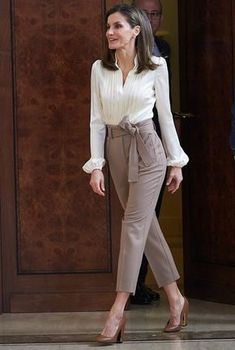 Queen Letizia of Spain Photos - Queen Letizia of Spain attends several audiences at the Zarzuela Palace on January 2018 in Madrid, Spain. - Queen Letizia of Spain Attend Audiences at Zarzuela Palace Casual Work Outfits, Mode Outfits, Work Casual, Classy Outfits, Smart Casual, Formal Outfits, Casual Office, Chic Outfits, Summer Outfits
