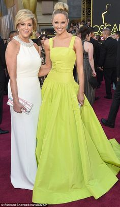 Mangano (left) invented the Miracle Mop, a self-wringing mop made out of looped cotton, while caring for her three children as a single mother. She arrived to the Oscars with her daughter Jackie Miranne (right) Bridesmaid Dresses, Prom Dresses, Formal Dresses, Wedding Dresses, Christian Dior Gowns, Mother Daughter Poses, Fashion Fail, Women's Fashion, Glamorous Outfits
