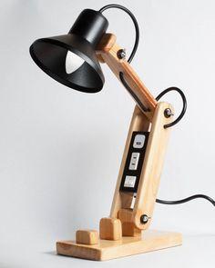 Lámpara articulada de madera. Cool Lighting, Lighting Design, Diy Home Improvement, Wood Furniture, Furniture Design, Projector Stand, Office Gadgets, Pipe Lamp, Wood Steel