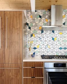 still has us swooning with this colorful backsplash. This Mid Century Modern dream palette is now available in our online store. 😍 - Medium Diamonds - 11 Deco White, grey, 60 Silver Lining, 24 Dandelion, 32 Canton Modern Kitchen Backsplash, Kitchen Tiles Design, Modern Kitchen Design, Backsplash Ideas, Kitchen Cabinets, Colourful Kitchen Tiles, Patterned Kitchen Tiles, Colorful Kitchens, Backsplash Tile
