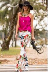 CALÇA FLARE FLORAL BRANCA As calças com modelagem flare estão dominando o cenário da moda e são sinônimo certo de sofisticação e estilo. Para comprar: http://twiddy.com.br/lookbook/calca-flare-floral-branca