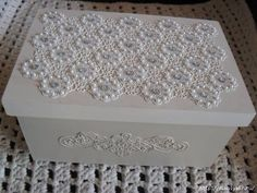 Inspired by how this is finished with it's trim and texture. Manualidades Shabby Chic, Altered Cigar Boxes, Diy And Crafts, Arts And Crafts, Barn Wood Crafts, Decoupage Box, Shabby Chic Crafts, Pretty Box, Jewellery Boxes