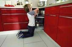 W szafce narożnej kuchni Solo marki Nobilia zamontowano karuzelę z dwiema obrotowymi półkami. Metalowy reling zabezpiecza zawartość, a znaczna odległość między półkami umożliwia przechowywanie nawet dużych garnków. Fot. Nobilia.