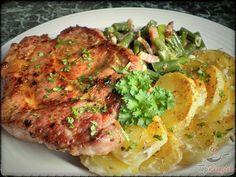 A sült hús mindig főnyeremény az ebéd vagy vacsora alkalmával, főleg akkor, ha az jó fűszeresen, finoman van elkészítve. Legutóbb a fűszeres sertéstarjára esett a választásom, amit tejszínes burgonyával és szalonnás zöldbabbal tálaltam. Mondanom sem kell, hogy hatalmas sikert aratott! Férjem szerint a hús is tökéletesre sikerült, de a köret is megér egy misét, és bármilyen hússal, vagy akár egyszerű tükörtojással is el tudja képzelni. Ki tudja, lehet, legközelebb megfogadom a tanácsát… No Salt Recipes, Pork Recipes, Cordon Bleu, Food And Drink, Menu, Snacks, Chicken, Dinner, Cooking