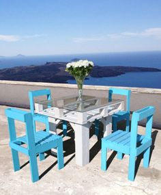 finished set 2 DIY: Dining Set from Recycled Pallets in pallet furniture with Table Pallets DIY Pallet Ideas Chair Pallet Patio Furniture, Outdoor Furniture Plans, Furniture Projects, Pallet Chairs, Garden Furniture, Pallet Tables, Wood Tables, Furniture Layout, Bedroom Furniture