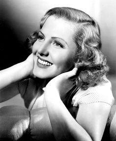 """Die US-amerikanische Schauspielerin Jean Arthur wurde am 17. Oktober 1900 in Plattsburgh, New York geboren und gehörte in den 30er Jahren zu den beliebtesten Darstellerinnen in Hollywood. Mit Filmen wie """"Mr. Deeds geht in die Stadt"""" (1936) an der Seite von Gary Cooper und """"Mr. Smith geht nach Washington"""" (1939) mit Jimmy Stewart feierte sie große Erfolge. Sie starb am 19. Juni 1991 in Carmel, Kalifornien."""