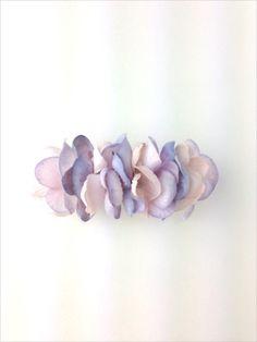 アジサイの花びらを敷き詰めたバレッタ。 いつものまとめ髪がフェアリーチックに☆バレッタ金具:8cm|ハンドメイド、手作り、手仕事品の通販・販売・購入ならCreema。