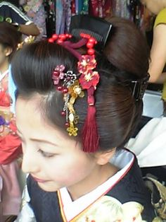 地毛結い 新日本髪 | アニタ ヘアメイク オフィス 現場日記 Updo Styles, Hair Styles, Pretty Updos, Geisha, Hair Arrange, Short Wedding Hair, Hair Reference, Hair Ornaments, Japanese Kimono