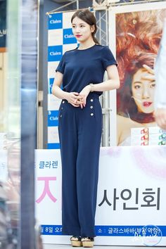 I like this navy...but it would be nice in black or white. Also a different choice of shoes.