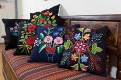 Lihula lilltikand Lihula mõisas.- Floral embroidery of Lihula in Lihula Manor (Estonia)
