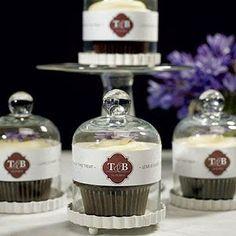 Edible Wedding Favors: give cupcakes a stylish presentation