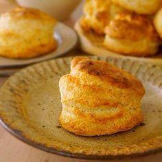 スコーン Super super quick scones 材料:6コ分 *A 薄力粉…250g バター…75g 塩…ひとつまみ ベーキングパウダー…小さじ4 *B 牛乳…120cc はちみつ…大さじ2 焼成用の牛乳…少々 準備 ・オーブンを210℃に温めておきます ・牛乳、バターは冷やしておきます つくり方 1.フードプロセッサーに*Aを入れ砂状にサラサラになるまで回します。 2.*Bを入れ5〜10秒くらい回し軽くまとまったら、台に出します。手で厚さ2.5cmにのばし、直径5cmの抜き型で抜くか、なければ包丁で6等分に切ります。 3.天板にのせ、表面に牛乳をハケで塗ります。210℃のオーブンで13〜15分いい焼き色がつくまで焼き出来上がり!