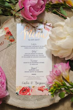Magnifique menu de mariage avec des pivoines en aquarelle et Menu en dorure à chaud Cuivre, sur papier irisé, pour une table de mariage florale et romantique. Personnalisé pour vous, envoi rapide.