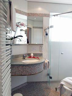 Das Badezimmer ist sehr modern und mit einer Dusche ausgestattet
