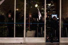 """Polícia fecha a portaria da Câmara às pressas tentando impedir a ocupação. Ato """"Chega de sufoco e corrupção: por um transporte público estatal de qualidade!"""" 14/08/2013 Foto: Susan Ritschel."""