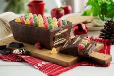 For mange er denne mektige konfektkaken en klassiker som hører julen til. Kjeks, marsipan og geletopper legges lagvis med sjokolademasse mellom lagene. Delfiakake er enkelt å lage, den krever ingen steketid, bare å stå kjølig. Food And Drink, Dairy, Cheese, Baking, Snacks, Desserts, Christmas, Recipes, Winter