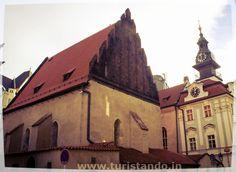 A Velha Nova sinagoga de Praga com os relògios da prefeitura judaica. Na torre mais alta o relógio é feito com a numeração romana mas o outro é em estilo hebraico com os ponteiros se movimentando em sentido contrário. Quer ler mais sobre o bairro judeu de Praga? Acesse o site turistando.in! #turistandoin #turistandoinPrague #viajantedubbi #prague #praha #prag #praga #Pragueworld #czech #czechrepublich #weloveprague #wowprague #ceskarepublika #insta_prague #onlyinprague #centraleurope…