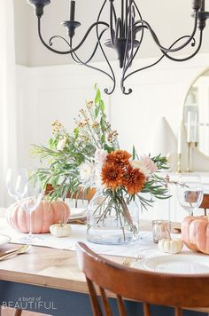 These Thanksgiving centerpieces are so pretty! I'm getting so many ideas from this simple Thanksgiving decor. Now I have some Thanksgiving table setting ideas that I can use to decorate my dining room with pretty fall decor!
