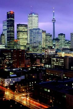 Toronto - Canada, America do Norte Toronto Skyline, Toronto City, Downtown Toronto, City Iphone Wallpaper, Iphone Wallpapers, The Places Youll Go, Places To Visit, Toronto Ontario Canada, Night City
